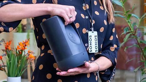 Tänä vuonna julkaistu Sonos Move on yksi kaiuttimista, josta saa alennuksen tuhoamalla vanhan laittteen ohjelmallisesti.
