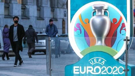 Kesäkuussa pelattavien jalkapallon EM-kisojen lähestyminen näkyy Pietarin katukuvassa.