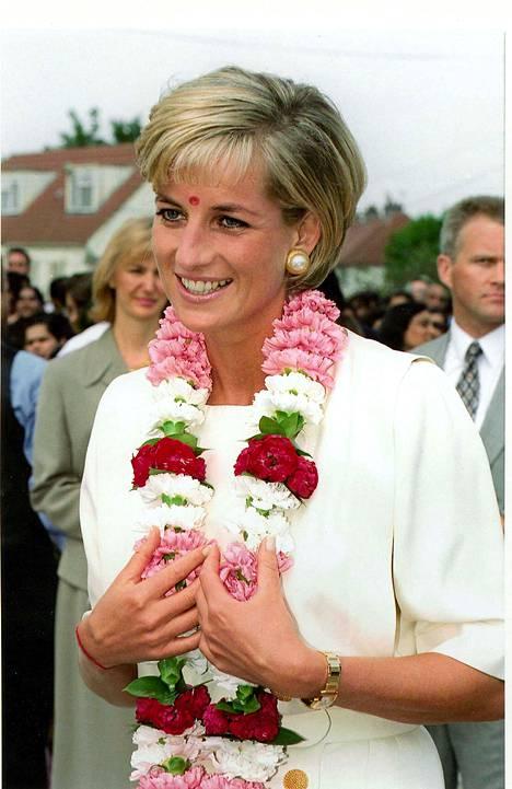 Brittilehtien mukaan Meghanin ranteessa on tuoreessa kuvassa sama kello, jota prinsessa Diana käytti vieraillessaan hindutemppelissä Lontoossa kesällä 1997,