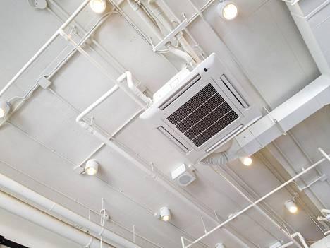 Sisäilma-asiantuntija Marianna Tuomainen korostaa, että ilmastointijärjestelmien pitää olla tasapainossa. Jos näin ei ole ilmastoinnin sulkematta jättämisestä voi olla jopa enemmän haittaa kuin hyötyä.