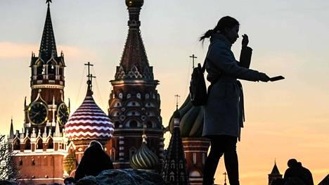 Taloushuolet pakottavat Venäjän keskuspankkia rahapolitiikan löyhentämiseen.