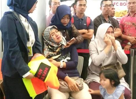 Pudonneen koneen matkustajien omaisia suremassa Pangkal Pinangin lentokentällä, jonne koneen oli määrä saapua.