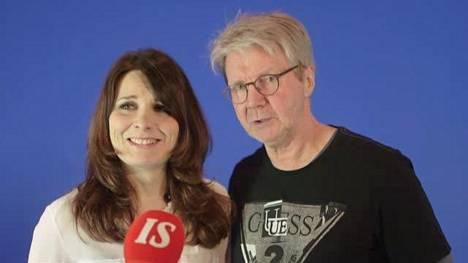Koomikot-sarjan tähdet Pirkka-Pekka Petelius ja Pirjo Heikkilä koettavat antaa haastattelun