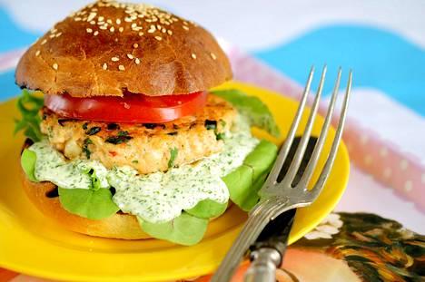 Lohi ja itsetehdyt sämpylät ovat täydelliset yhdessä. Kalapihvin voit maustaa esimerkiksi korianterilla ja chilillä.
