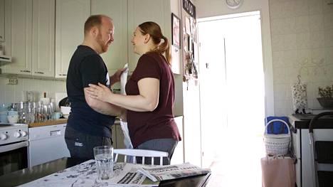 Ville ja Anniina Ensitreffit alttarilla -ohjelmassa. Tv-katsojat muistavat parin siitä, että heidät nähtiin sarjassa usein nauravaisina.