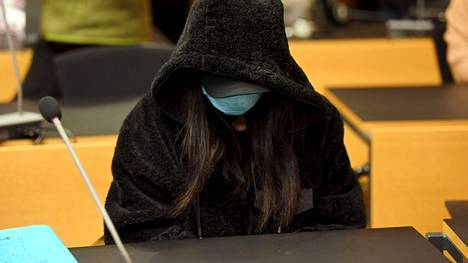Kuolleeksi väitetyn miehen tytär Helsingin käräjäoikeudessa 11. tammikuuta 2021.