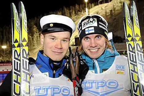 Janne Ryynänen sai kisan jälkeen myös ylioppilaslakin päähänsä. Onnittelemassa Anssi Koivuranta.