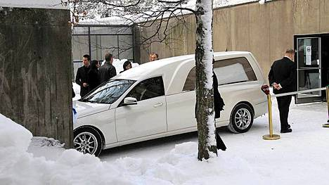 Kari Tapion arkku saapui Tapiolan kirkolle.