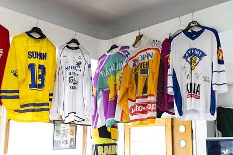 Pajamäen kioskilla roikkuu paljon pelipaitoja. TPS:n paita puuttuu, mutta Kiprusoff aikoo korjata tilanteen ja tuoda oman pelipaitansa.