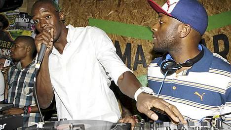 Usain Bolt hoiti DJ:n hommia kultajuhlissa.