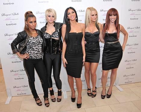 The Pussycat Dollsin muodostivat Melody Thornton, Kimberly Wyatt, Nicole Scherzinger, Ashley Roberts ja Jessica Sutta.