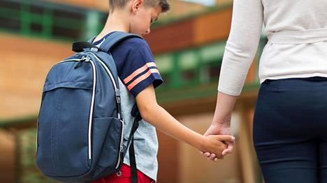Myös lapset voivat tuntea riittämättömyyden ja huonommuuden tunteita. Silloin heitä pitää osata tukea oikein.