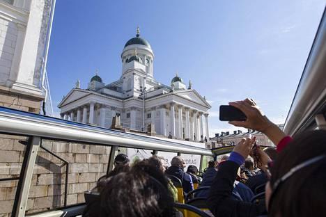 Helsingin tuomiokirkko vetää turisteja.