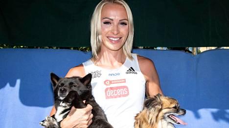 Annimari Korte muuttaa olympiakisojen jälkeen Helsingin rauhalliseen Paloheinään, koska koirat Raad (oik.) ja Maya eivät kotiutuneet Pasilan Triplan futuristisiin maisemiin.