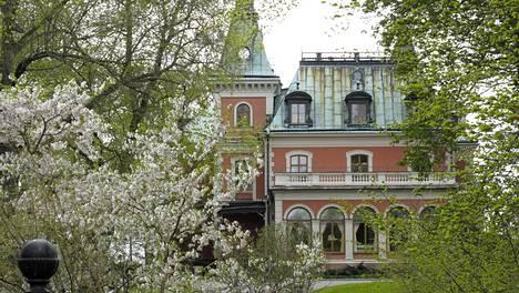 Djurgården on kaunis ja vehreä saari aivan Tukholman keskustan tuntumassa. Bloggaaja suosittelee sinne pyöräretkeä.