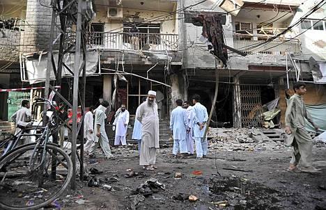 Pakistanin Taleban-liike kiisti sunnuntaina tehneensä ainakin 35 ihmisen hengen vaatineen kaksois-iskun maan luoteisosassa.