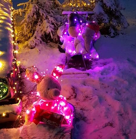 Suurikokoiset Ihaa, Nalle Puh, Nasu, Tiikeri ja Möhköfantti koristavat jouluautoa