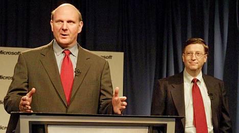 Microsoftin toimitusjohtaja Steve Ballmer ja hallituksen puheenjohtaja sekä pääohjelma-arkkitehti Bill Gates vuonna 2001.