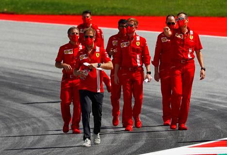 Ferrarin väki pukeutui punaiseen.