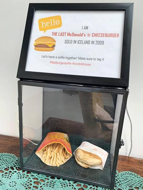 Viimeiset Islannista ostetut McDonald's-ketjun ranskalaiset ja juustohampurilainen ovat nykyisin nähtävillä vitriinissä Snotra House -hostellissa.