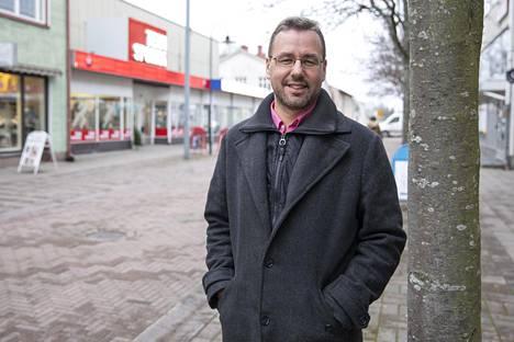 –Jos rahat tarvitsee johonkin, on parempi luopua osakkeista. Jos taas on pitkä sijoitusaika, ei tarvitse tehdä yhtään mitään, Svenne Holmström sanoo.
