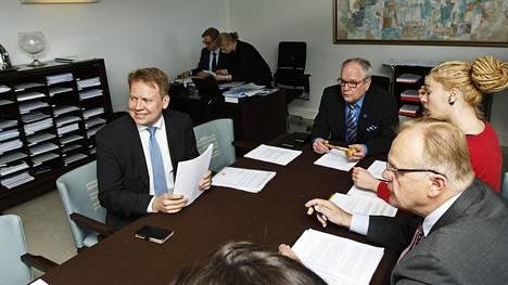 Eduskunnan talousvaliokunta käsitteli hallintarekisterimuutoksia torstaina puheenjohtaja Kaj Turusen (kuvassa keskellä) ja varapuheenjohtaja Harri Jaskari (vas.) johdolla. Käsittelyyn osallistuivat myös muun muassa Lauri Ihalainen ja Hanna Sarkkinen.