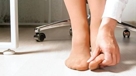 Oireet voivat olla hyvin vaihtelevia tuntemuksia kuten pistelyä tai puutumista.