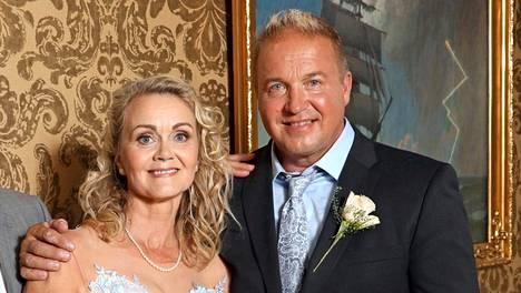 Laulajana tunnettu Tony Montana eli Pasi Hailio ja hänen elämänkumppaninsa Sarianne Reinikkala avioituivat Kulosaaren kirkossa lauantaina.