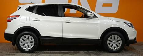 Peruskansan suosikki-crossover Nissan Qashqai myydään uutena pääasiassa bensamoottorilla ja etuvetoisena. Kuvan Qashqai 110 Visia vuosimallia 2014 on etuvetoinen diesel, jonka mittarilukema on 207 000 km. Saka Helsinki Herttoniemen hintapyyntö on 11 900 euroa. Puolet pienempi matkamittarilukema nostaisi hintapyyntöä luultavasti noin 5 000 euroa.