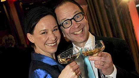 Rosa Meriläinen ja Simo Frangen kilistelivät Bankissa. Rosa on lukijoille tuttu viikonvaihteen Plus-liitteen palstaltaan.
