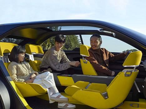 Etumatkustajan istuin voidaan kääntää 180 astetta. Keksintö ei ole uusi, vaan vastaava toiminto oli jo ensimmäisen sukupolven Renault Espacessa 1980-luvulla.