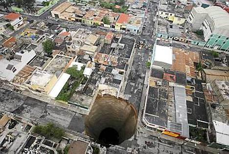 Guatemala Cityssä katosi kokonainen rakennus vajoamaan.