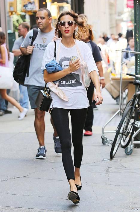 Muotiguru Alexa Chung, 33, näyttää mallia kesäisestä ja trendikkäästä leggingstyylistä. Ballerinat tai sandaalit, iso printti-t-paita ja farkkutakki ovat raikas yhdistelmä.