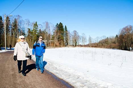 Merja ja Jyrki Kujala haaveilevat jo lyhyestä mökkimatkasta Lauttasaarelainen pariskunta voi vaikka pyöräillä Leppävaaraan.