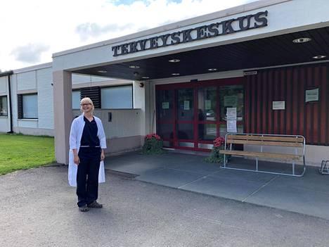 Inarin johtavan lääkärin sijaisena toimiva Jenni Tikkanen Ivalon terveyskeskuksen edessä.