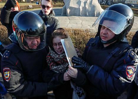 Poliisi pidätti perustuslakimuutoksia vastustaneita mielenosoittajia Pietarissa sunnuntaina kovin ottein.
