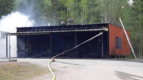 Mikkelin Rantakylän urheilukentän huoltorakennus tuhoutui tulipalossa lauantaina.