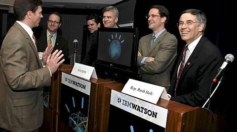 Rush Holt (oikealla) osallistui muiden kongressiedustajien kanssa mittelöön tekoäly Watsonin kanssa.