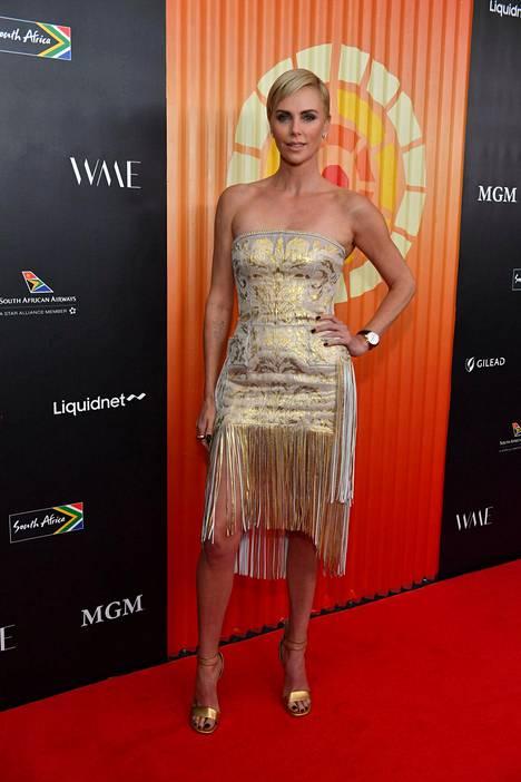 Charlize Theron valitsi mekon hapsuilla ja kultaisella kuosilla.