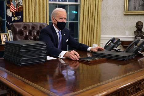 Ensi töikseen Biden allekirjoitti useita presidentin asetuksia. Yksi niistä palauttaa Yhdysvallat Pariisin ilmastosopimukseen.