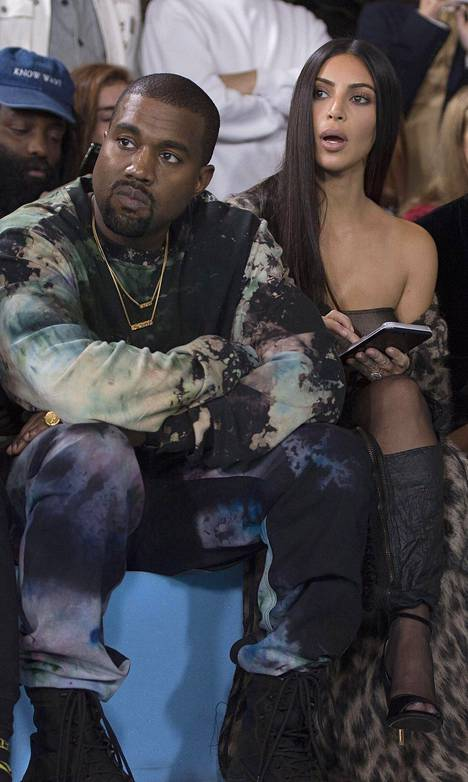 Kardashian oli Ranskassa seuraamassa Pariisin muotiviikkoja. Hänet kuvattiin syyskuun lopussa muotinäytöksessä yhdessä aviomiehensä Kanye Westin kanssa.