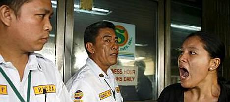 Vartijat estivät omaisistaan tietoja kaipaavan Heidi Laurelin pääsyn Sulpicio Lines -varustamon toimistoon Manilassa.