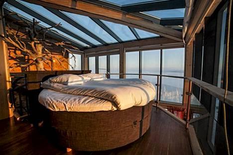Sviitin makuuhuone on sisustettu maanläheisin sävyin.