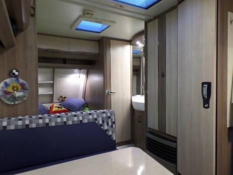 Parviaiset ihastuivat Hobbyn avaruuteen ja runsaisiin säilytystiloihin. Jääkaapin vieressä on kaksiovinen vaatekomero, sitten pesuallas ja wc.