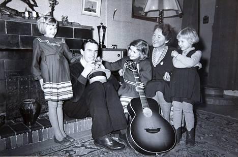 Tapio Rautavaara perheineen 1950-luvun alussa.