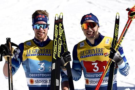 Parisprintin MM-hopeaa voittaneen joukkueen Ristomatti Hakola (oik.) arvelee, että Joni Mäki saa pitää ainakin osan hiuksistaan, vaikka kuuluisikin Suomen 4x10 kilometrin viestijoukkueeseen.