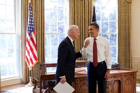 Biden ja Obama Oval Officessa kaksi päivää virkaanastujaisten jälkeen vuonna 2009.