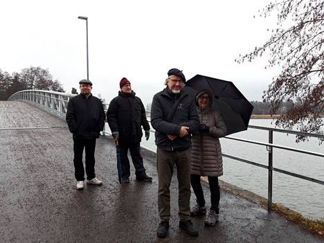 Odottavan aika on pitkä, vasemmalta Lauttasaaren Historiatoimikunnan aktivistit Ville Elomaa ja Antti Matilainen ja Juhana ja Tupu Ylinen.
