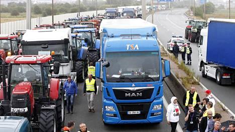 Satamatyöläiset, rekkakuskit ja maanviljelijät osallistuivat maanantaina pakolaistilanteen ratkaisua vaativaan mielenosoitukseen Calaissa.