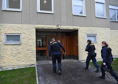 Poliisit tutkivat asuntoa maanantaina. Expressen kertoo, että miehen löysi asunnosta tämän sisko. Sisarukset eivät olleet nähneet toisiaan 20 vuoteen.